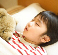 テレビの視聴時間が長い子供は睡眠不足や肥満になりやすい