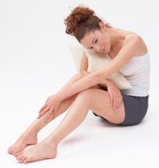 夕方や夜に脚の不快感がある? 「むずむず脚症候群」が原因かも