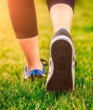 スニーカー通勤でウォーキング スポーツ庁「FUN+WALK PROJECT」