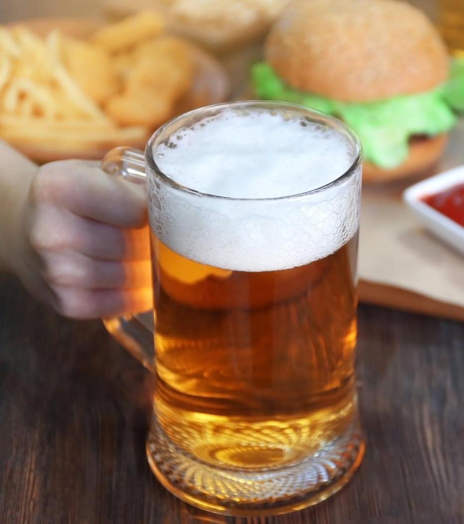 お酒を飲むと赤くなる人は骨粗鬆症による大腿骨骨折を起こしやすい