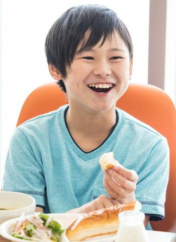 日本の給食が「肥満」を減らす 給食実施率の増加で肥満が低下