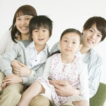 赤ちゃんは両親のハグによりリラックスできる 100組以上の親子の心拍の変化から明らかに