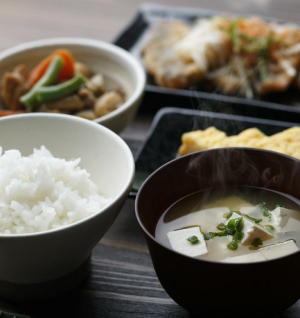 「主食・主菜・副菜が揃った食事」は低所得層ほど少ない 2018年「国民健康・栄養調査」(1)