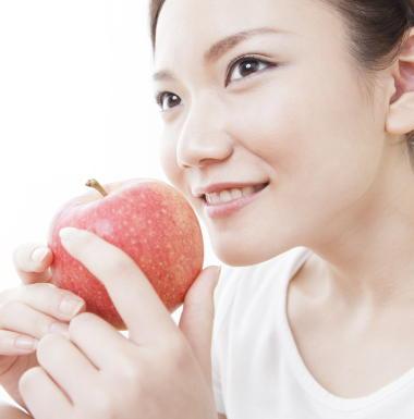 カラフルな「果物」を食べると肥満やメタボのリスクが減少 認知機能の低下も抑制